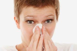 Žena briše nos maramicom
