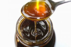 Žlica meda i med u staklenki